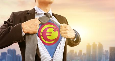 biznesmen w kostium superbohatera waluty euro i miasta tle
