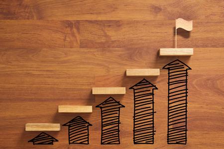 Holztreppe zum Erreichen des Ziels und Gewinnen der Flagge mit Vergrößerungskurve und Pfeil, erfolgreich Standard-Bild