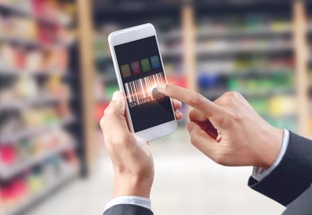 Zakenman touch barcode op mobiel apparaat, magazijn en logistiek