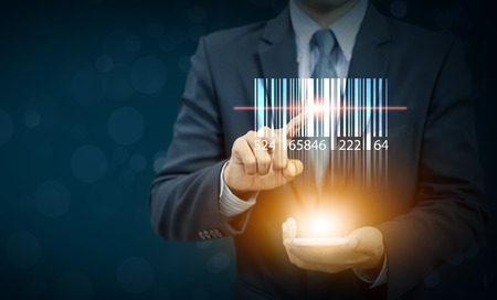 Código de barras de la demostración del hombre de negocios con la luz del resplandor en la mano, el almacén y la logística Foto de archivo