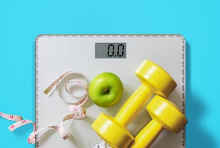 frutta, manubri e bilancia, bruciare i grassi e concetto di perdita di peso, dieta