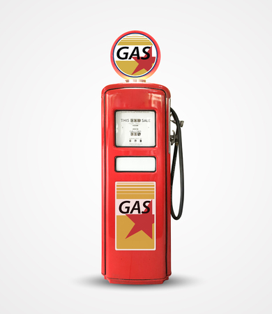 Ancienne pompe à essence essence vintage isolée sur plaine