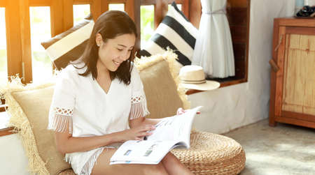 Asian woman read a book at home, relaxation 免版税图像