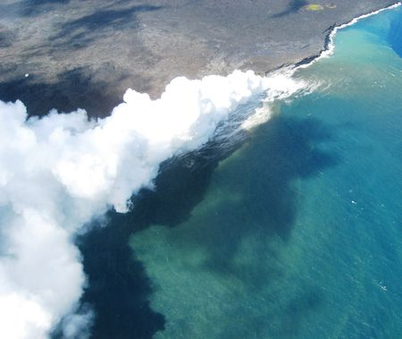 vulcano: Lava enters pacific ocean