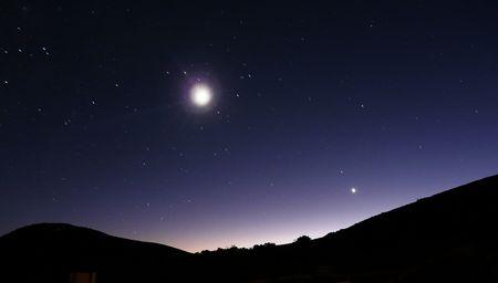 paisaje lunar: Luna y estrellas durante la fr�a noche clara Foto de archivo