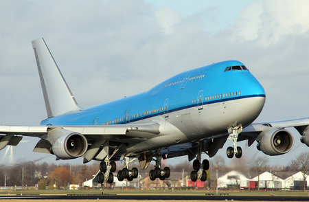 big jumbo lands at airport Imagens - 36621740
