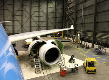 assembly: avión de reacción durante el mantenimiento Foto de archivo