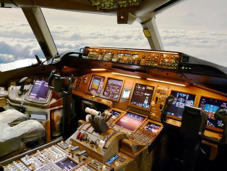 pilotos aviadores: cabina de avión durante el vuelo Foto de archivo