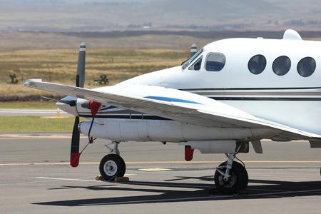 wit zakelijke vliegtuig geparkeerd op de luchthaven