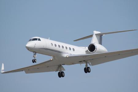 white vip plane landing Imagens - 75387055