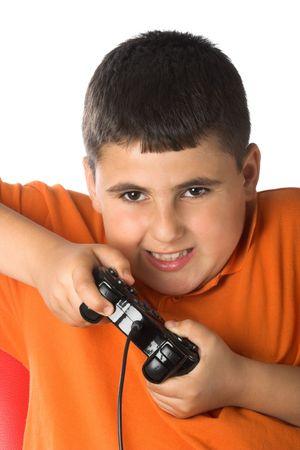 jugando videojuegos: muchacho que juega los juegos video excitedly