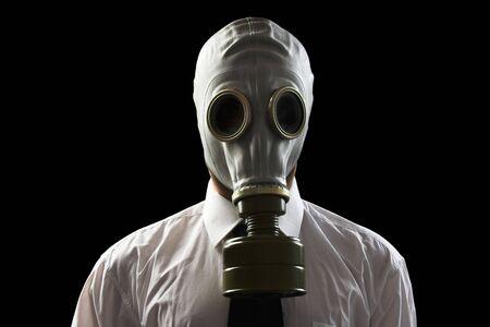 mask gas: hombre de negocios usando m�scara de gas