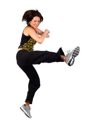 coup de pied: jeune femme kick boxing prise en studio sur fond blanc