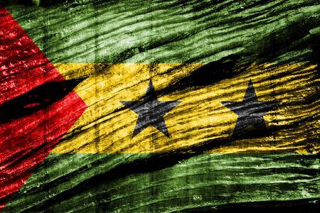 tomo: Sao Tome e Principe bandiera sulla vecchia struttura di legno
