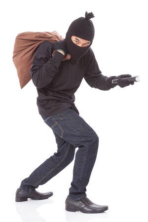 scoundrel: Ladro con il sacchetto e torcia detenzione, isolato su sfondo bianco