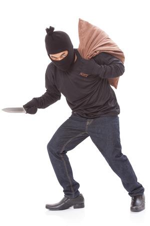 scoundrel: Ladro con il sacchetto e azienda coltello, isolato su sfondo bianco