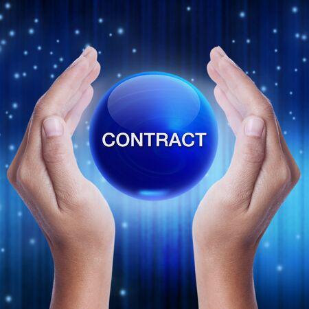 pacto: Mano que muestra la bola de cristal azul con la palabra contrato. concepto de negocio