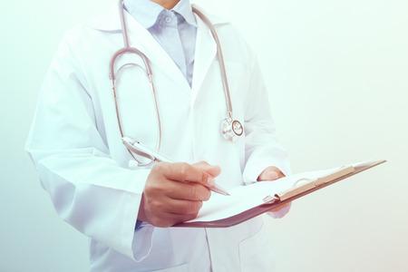historia clinica: Doctor que escribe una prescripción médica