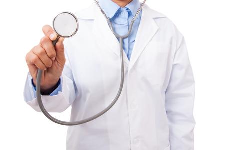 Médico con un estetoscopio en las manos sobre fondo blanco Foto de archivo