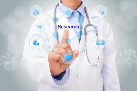 Signe de recherche touchant le docteur à la main sur l'écran virtuel. concept médical