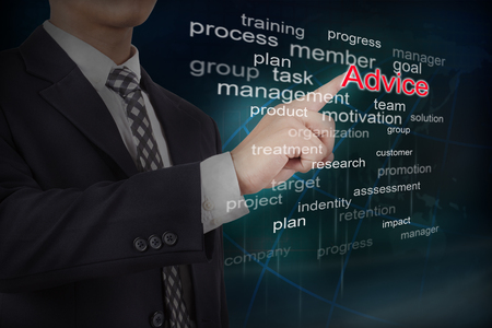 Hombre de negocios seleccionar palabra de consejo en la interfaz de pantalla táctil. Concepto de negocio.