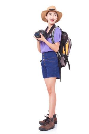 Kobieta podróżnik z aparatem na białym tle