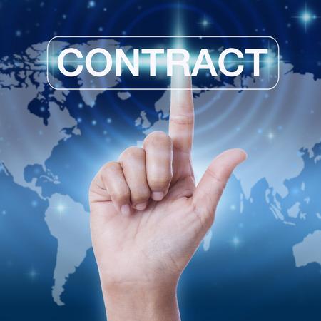 pacto: mano presionando el botón contrato de palabra.