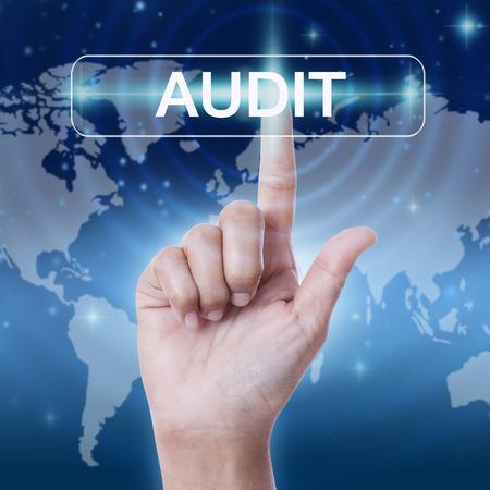 validez: mano presionando el botón palabra de auditoría. concepto de negocio Foto de archivo