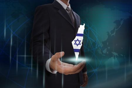 Zakenman die kaart van Israël op wereldbol toont Stockfoto - 68997198