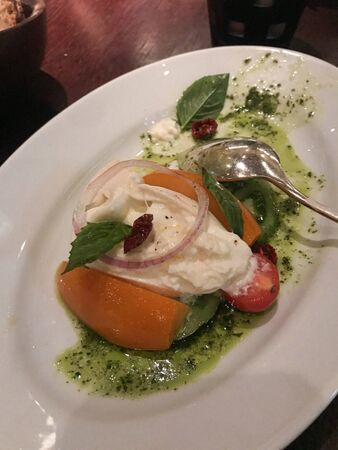 Creamy white fruit salad on a white plate Foto de archivo - 135500219