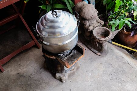 Old Thai cooking stoves and local pots Foto de archivo - 135517133