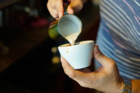 Barista is making a latte art Foto de archivo - 135517163