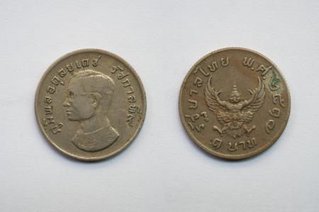 Alte Thailändische Münze Auf Weißem Hintergrund König Und Garuda 1