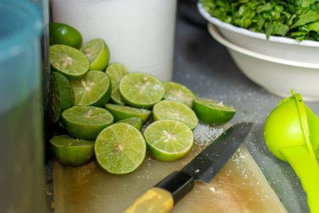 Cut lemon ze guang is prepared to make food taste sour.