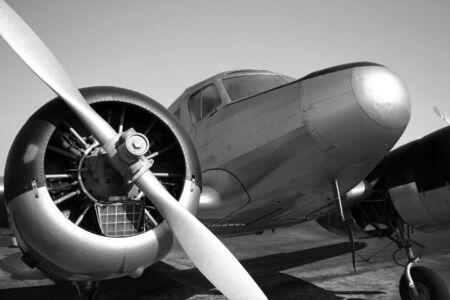 ビンテージ ツイン エンジンの飛行機