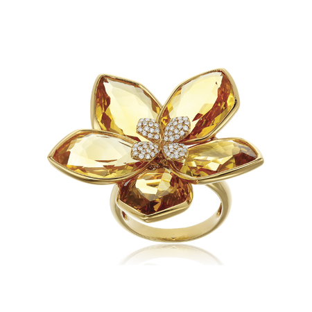 Belle bague en or avec pierres précieuses isolé sur blanc
