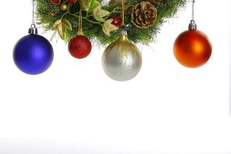 naranja arbol: Globos que cuelgan una corona de Navidad aislado en el fondo blanco Foto de archivo