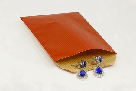 zafiro: Silver earrings with sapphire stones and red envelope