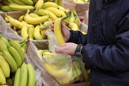 A seller who chooses  banana Stock fotó - 87475476