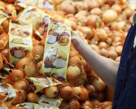 A seller who chooses onion bag