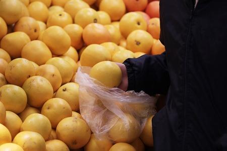 A seller who chooses a graphfruit