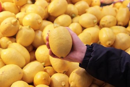 A seller who chooses a lemon fruit