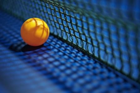 tischtennis: Ein Tischtennis Tischtennisball platziert neben dem Netto-