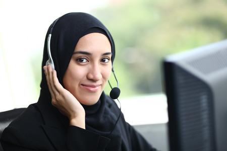 아름 다운 이슬람 사업 여자 미소를 카메라