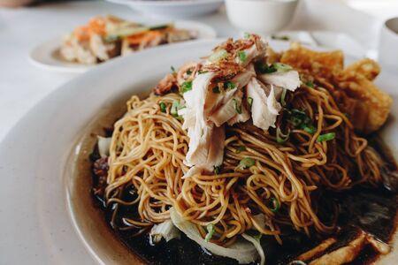 Wantan-Nudeln, eine kantonesisch-chinesische Küche, die trocken mit Sojasauce und gedünstetem Hühnchen serviert wird