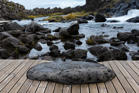 Houten dek dichtbij de Oxararfoss-waterval