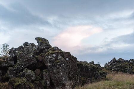 Rotsen dichtbij Oxararfoss, IJsland Stockfoto