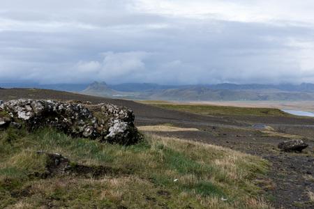 Een weg, een rots en veel regen.