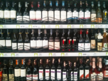 botella de licor: Botella de vino de licor en el estante - fondo borroso