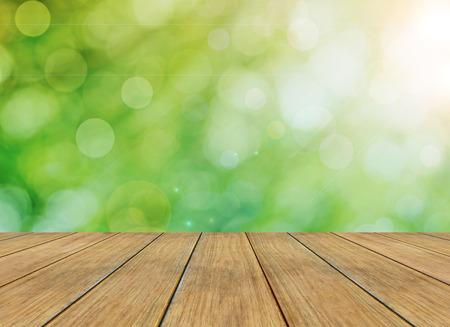 나뭇잎 조명과 나무 판자 봄 또는 여름 추상 계절 자연 배경